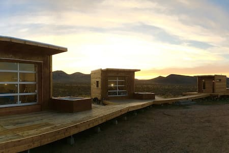 Secluded Mojave Desert Eco-Pods - Hus