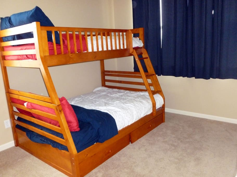 Guest bedroom - Bunk beds with full and twin mattresses