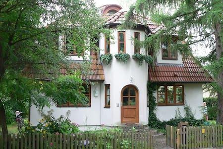 Souterrain-Wohnung im grünen Tegel - Berlim - Casa