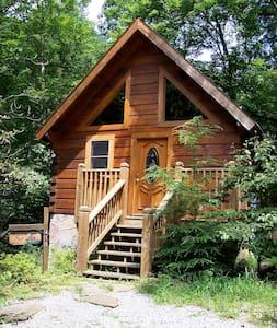 Cozy Romantic Log Cabin w/Jacuzzi  - 통나무집