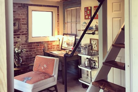Nest: 1905 Carriage House Apartment - Evansville - Guesthouse
