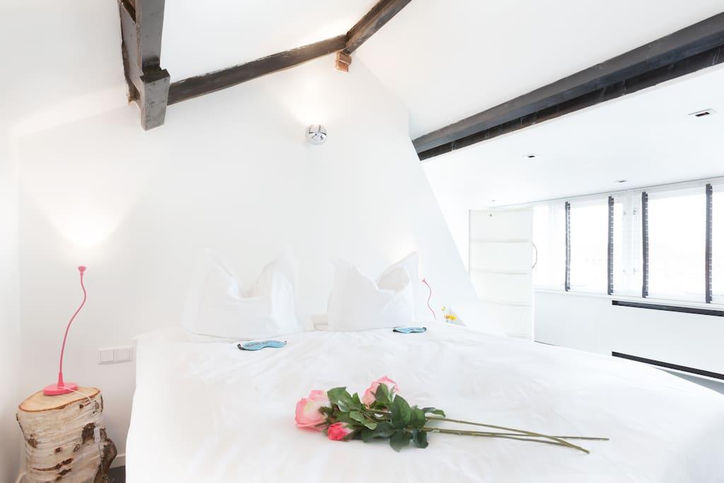 The Master bedroom!! Ruim, licht, een heerlijk 2 persoons boxspring ...