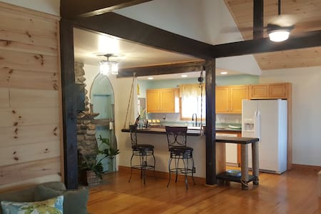 Newly renovated lake home near Saratoga Race Track - Saratoga Springs - Ház