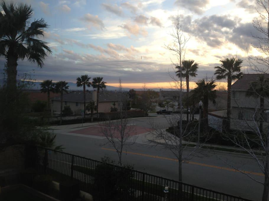 View of neighborhood and proximity to mountains
