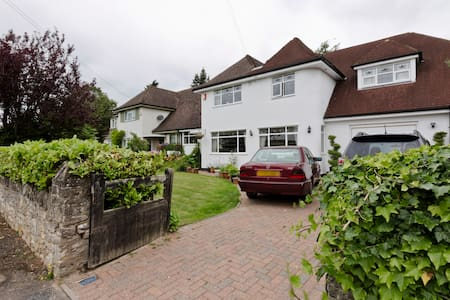Slough Double Bedroom & attached toilet facilities - Farnham Royal - House