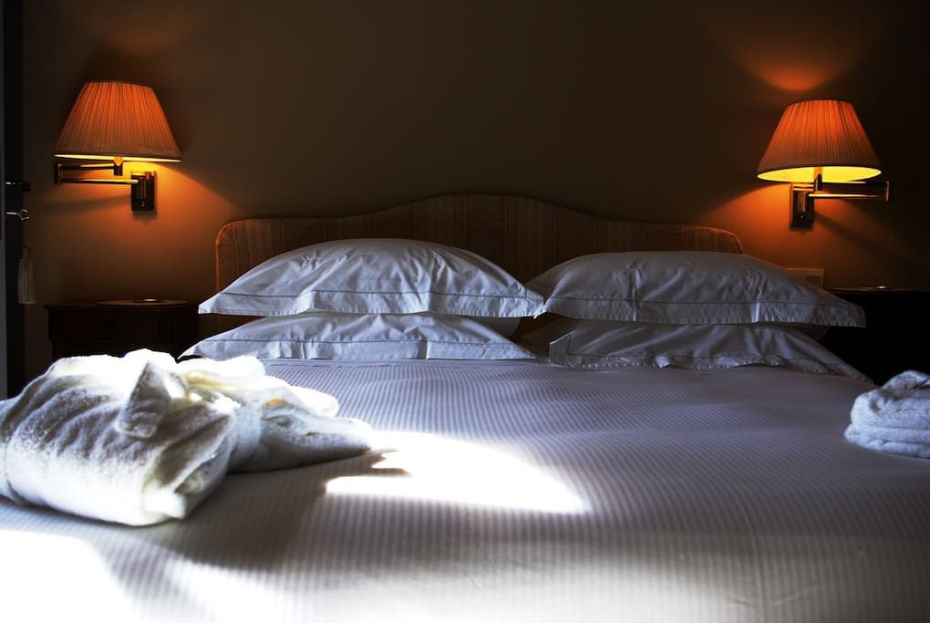 The King size bed has Simmons Beautyrest Pillowtop mattress, goose down duvets and white percale bed linen.
