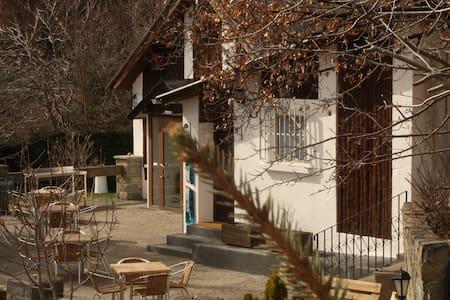 Habitación acogedora + terraza, parcela y parking - Alpstuga