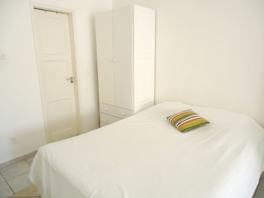 Cama queen size e amplo armário / Comfy bed and wardrobe