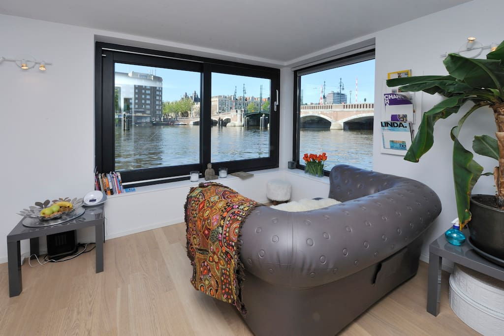 Living with a beautiful view on the Amstel River and Amstel Bridge. Window could be opened completely and you can enjoy the sun indside.