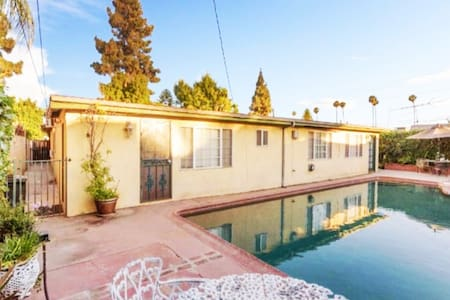 Beautiful POOLSIDE guest house - centrally located - Los Angeles - Konukevi
