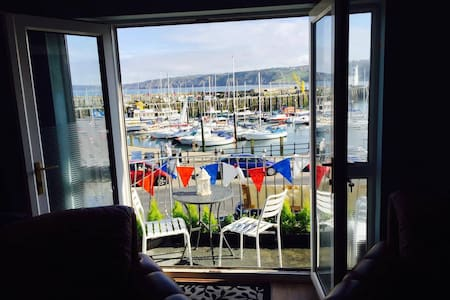 Waterfront Flat with Balcony stunning location. - Lejlighed