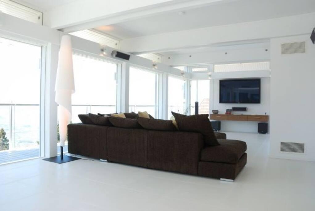 Wohnzimmer mit großer Couch