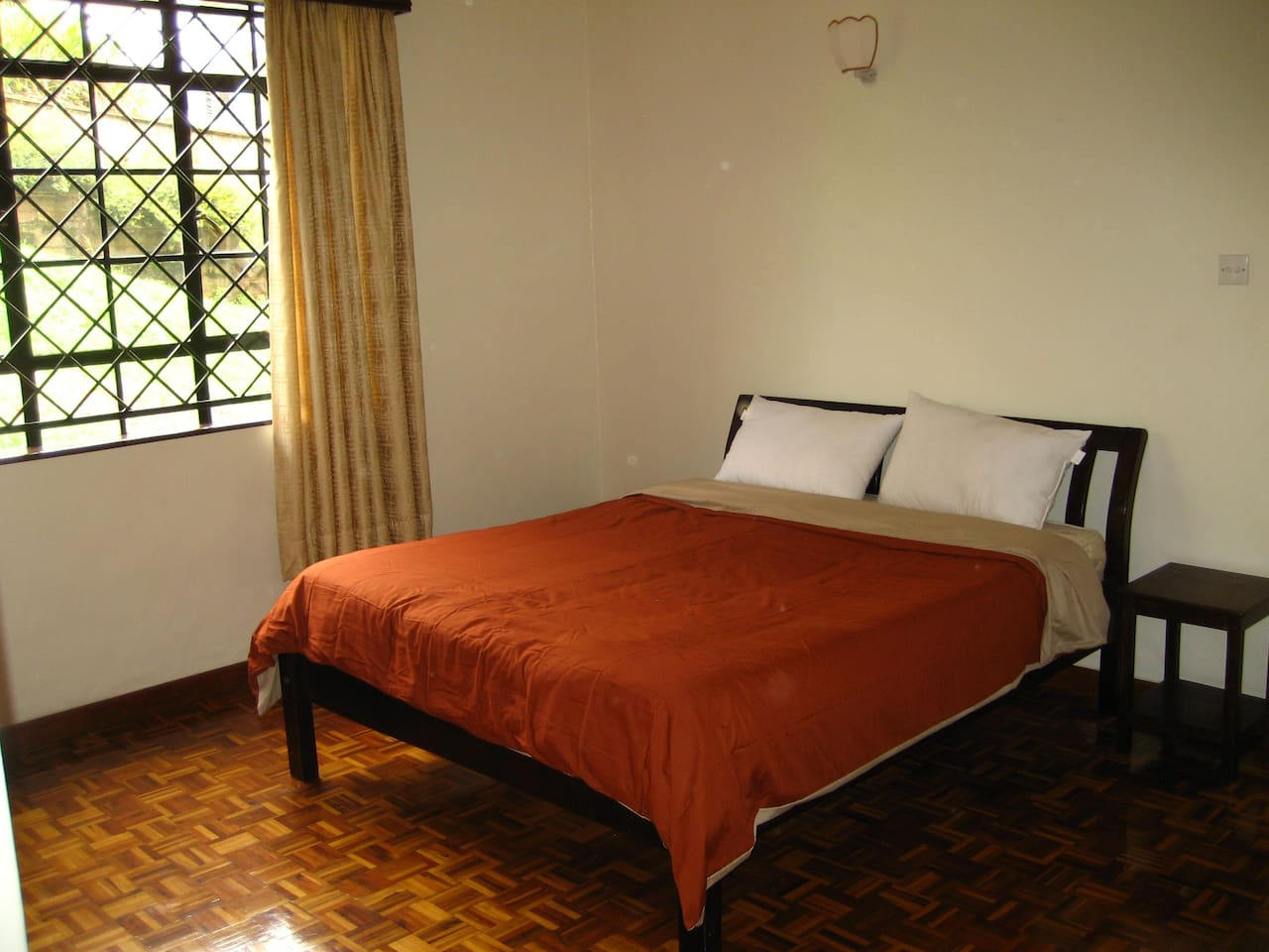 Spacious, bright room with a double bed ready to host you!