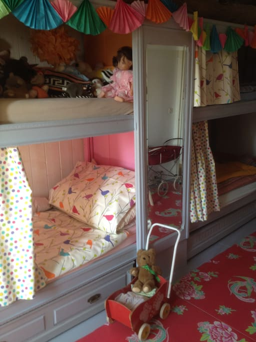 childrens room with 4 built in beds (90cm x 200/35in x 79in)