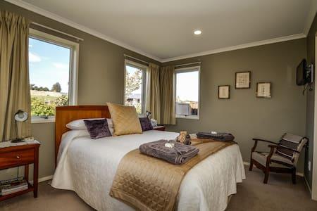Blairgowie Ensuited Queen Bedroom - Bed & Breakfast