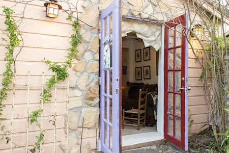 Cottage with quiet garden & patio. - Fort Worth - House