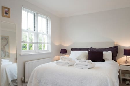 Spacious bedroom close to station - Huis
