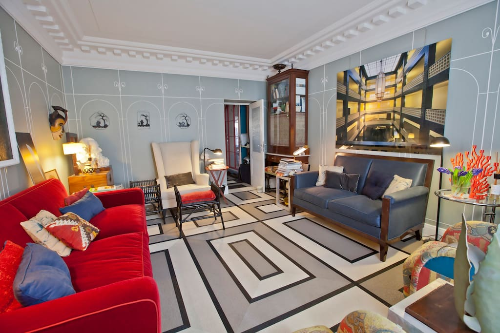 The opulent living room has a luxurious air and is ideal for sinking into the baroque Roman atmosphere