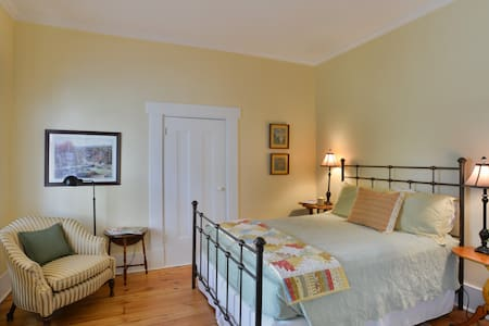 Alfred Hayes Room - Bed & Breakfast