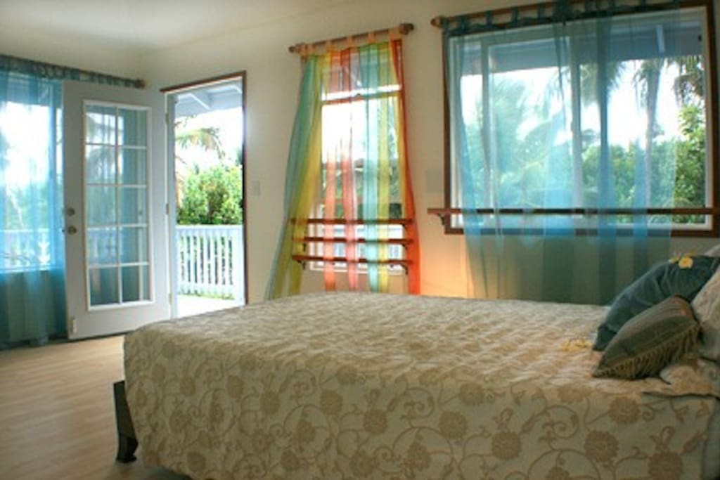 Queen bedroom with wrap around lanai