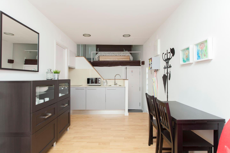 Estancia principal: cocina, salón y salida a terraza.