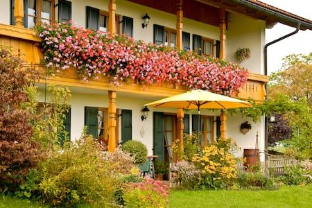 **** Ferienwohnung im bayrischen Voralpenland - Osakehuoneisto
