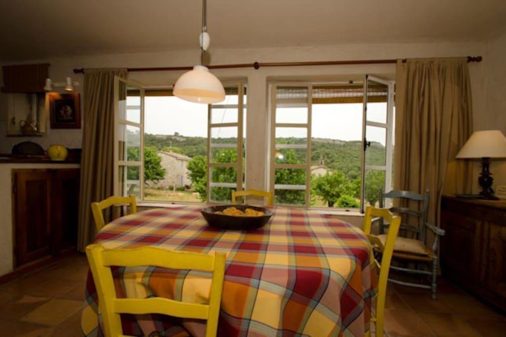 Salle à manger avec vue sur le village, la petite chapelle et la garrigue