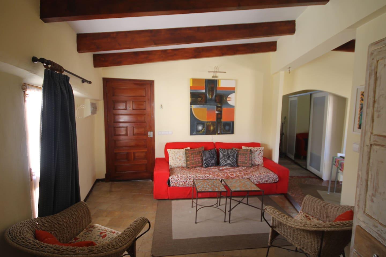 salón con sofa-cama y vestidor