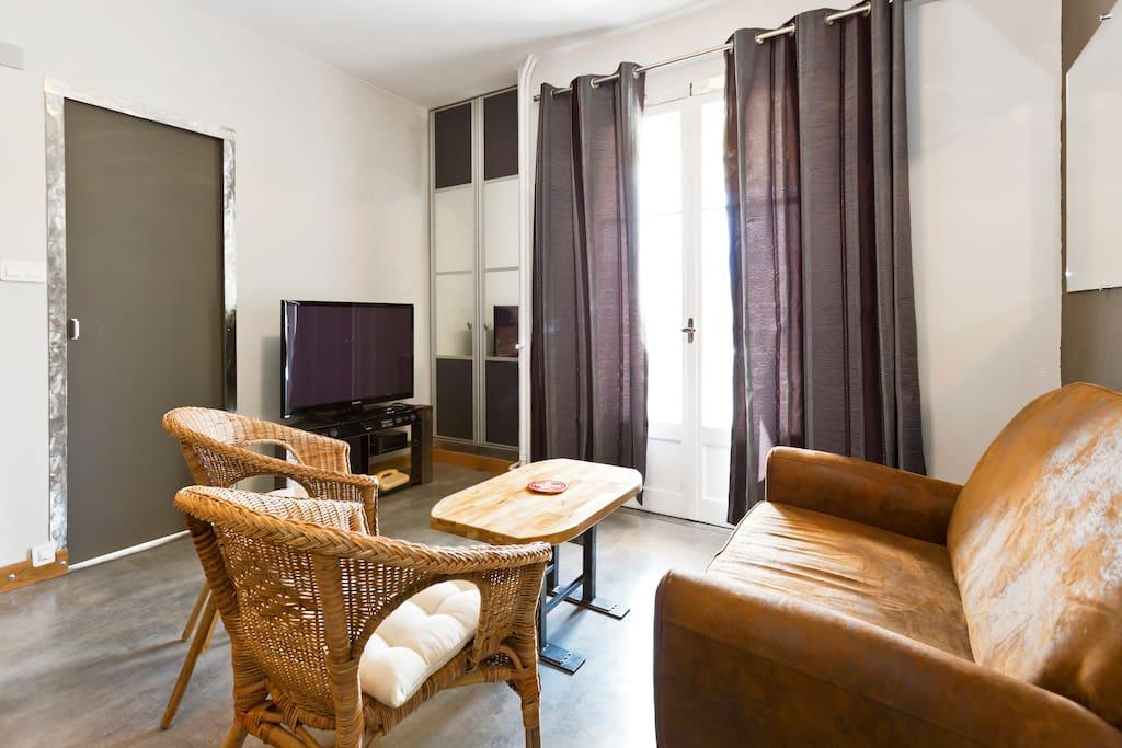Salon et porte fenêtre sur le balcon