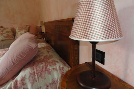 Tyrolean bedroom to Il Montesino bed and breakfast - Albese Con Cassano - Aamiaismajoitus