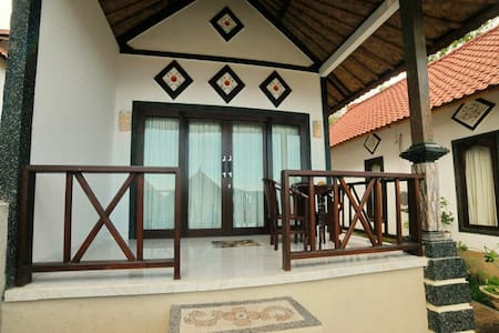 warung ary and homestay room 1 - Abang - Bed & Breakfast