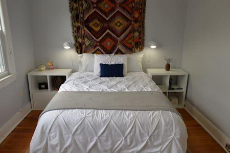 Bright room in great boho row house - Washington - Townhouse