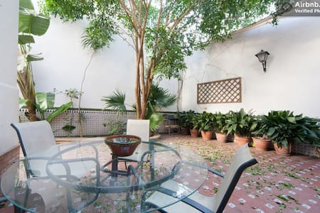 Nice room near center + Terrasse - Seville - Bed & Breakfast