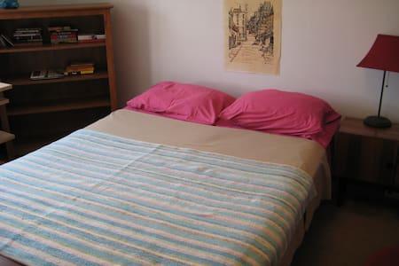 Sunny bedroom - bus to Harvard Sq. - Apartamento