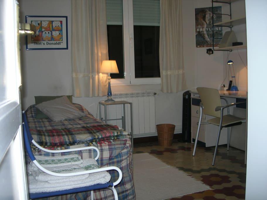 Habitación del huésped. Cama individual, con colchón Pikolin de hace pocos años y alto