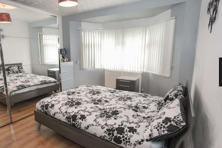 Large Double Rooms to rent in Luton - Luton - Huis