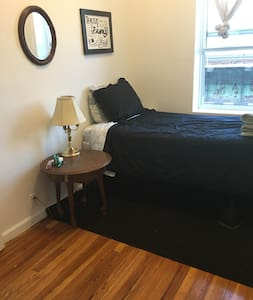 Cozy bedroom in a quiet and friendly apartment - Brooklyn - Apartment
