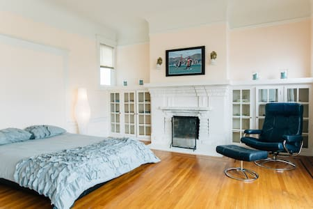 Room type: Entire home/apt Property type: Apartment Accommodates: 10 Bedrooms: 4 Bathrooms: 1