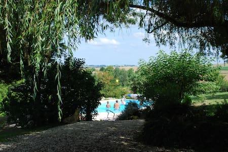 Jolie maison dans un parc de 9000 m2 avec piscine - Hus