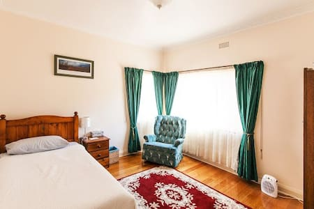 Tiger Den - quiet and convenient - Moonah - House