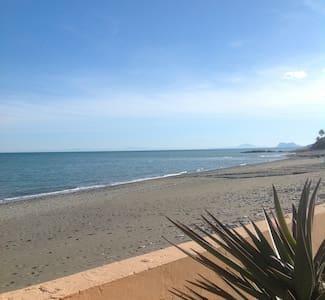 Near Marbella in Estepona - Beach Front Villa - Estepona - Casa de campo