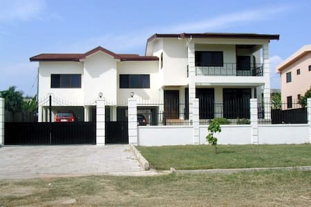 Our home, your home in Tema - Casa
