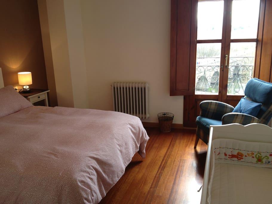 Habitación principal cama de 1,50 x 1,90 vistas al Puente Romano, vestidor y baño propio
