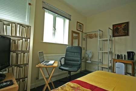 Comfortable well equipped room in a friendly house - Huis