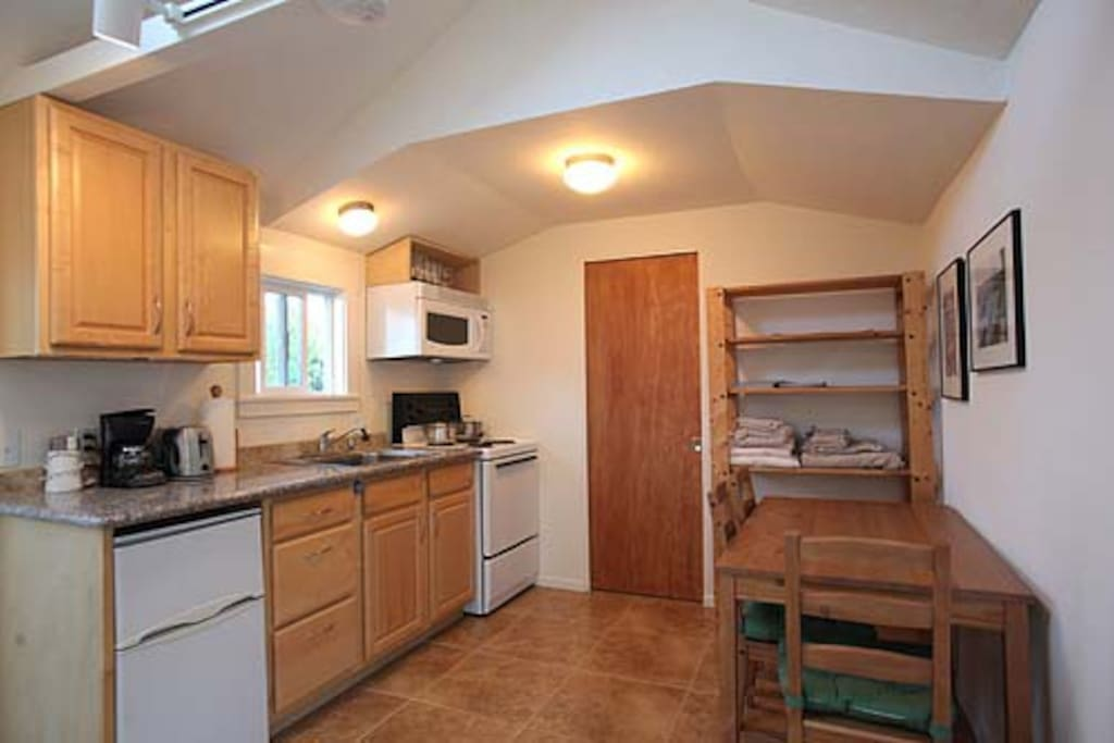 Full kitchen with fridge & electric stove/oven, microwave