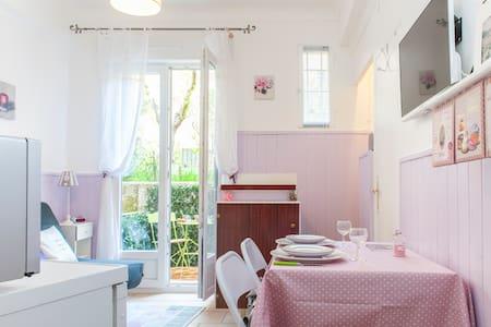 Charming studio **, garden level