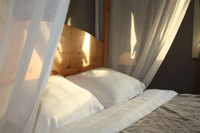 chambre indépendante avec lit à baldaquin