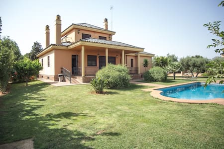 Beautiful Villa Close to Sevilla, Lots Of Privacy - Hytte (i sveitsisk stil)
