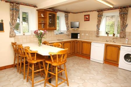 Lovely, warm and spacious cottage - House