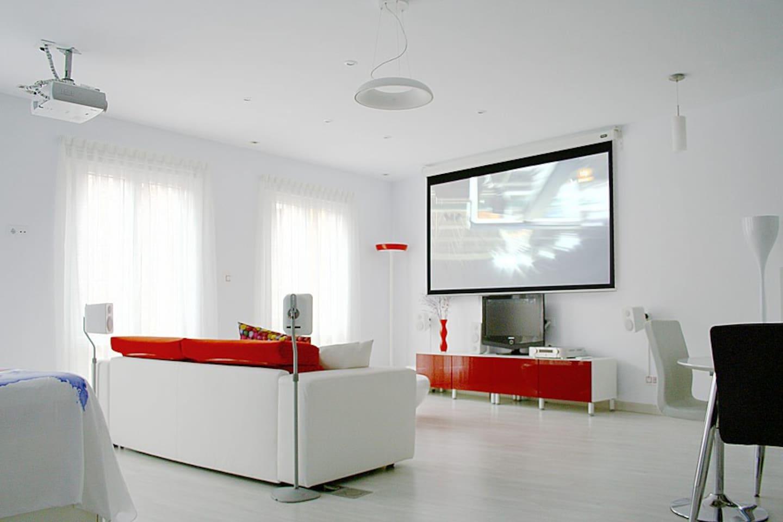 Zona de salón con el proyector funcionando